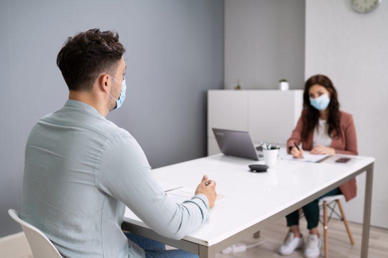 entrevista de trabajo con mascarilla